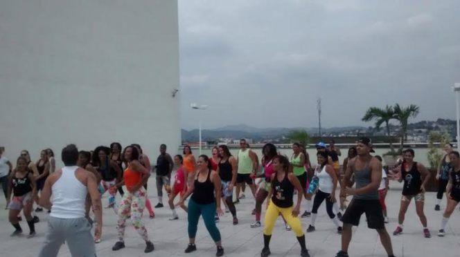 Foto de atividade física no terraço do shopping
