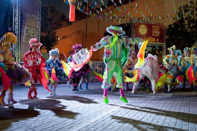 Foto de apresentação de uma quadrilha de festa junina