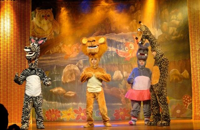 Foto do elenco da peça teatral infantil Madagascar em um palco