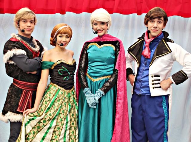 foto do elenco caracterizado da peça teatral infantil A Rainha do Gelo